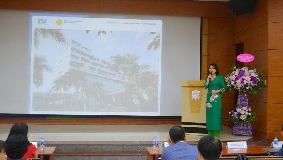 Bác sĩ Quỳnh Thư chia sẻ về vấn đề suy dinh dưỡng tại hội nghị.