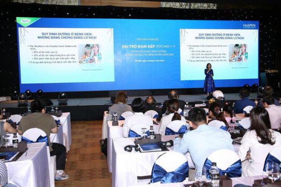 Bác Sĩ chuyên khoa 2, Thạc Sĩ, Nguyễn Viết Quỳnh Thư đang chia sẻ về tình hình suy dinh dưỡng ở người lớn tuổi tại Hội nghị
