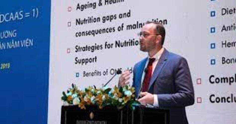 Tiến sĩ Sander Hougee chia sẻ về các dưỡng chất cần bổ sung cho người bệnh nằm viện